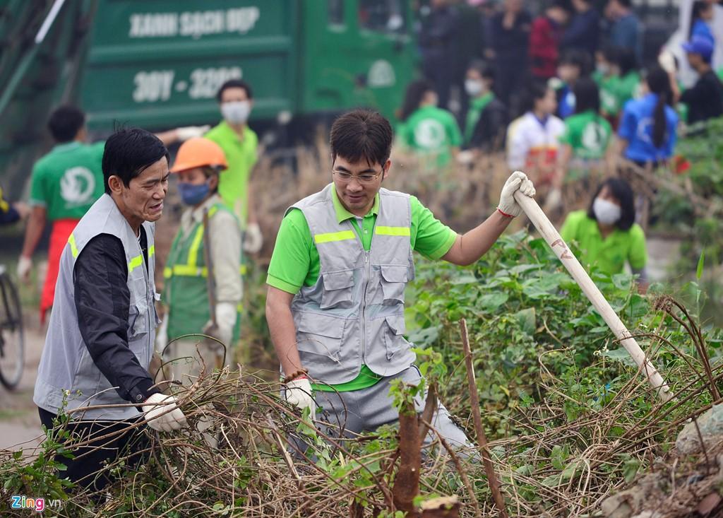 Ảnh Phó thủ tướng Vũ Đức Đam cùng sinh viên dọn rác